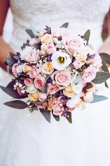 Çiçek Tutan Gelin