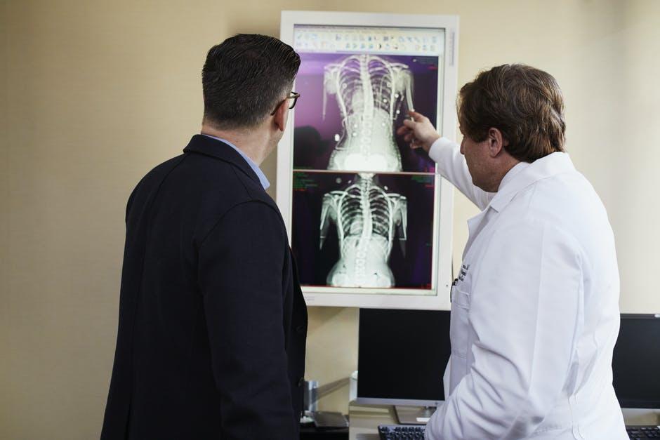 Röntgen Sonucuna Bakan Doktor ve Hasta