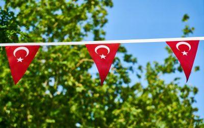 acik-hava-ucgen-turk-bayraklari